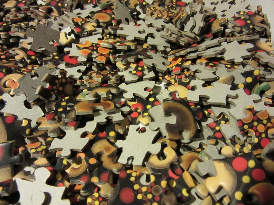 hromada dílků puzzle