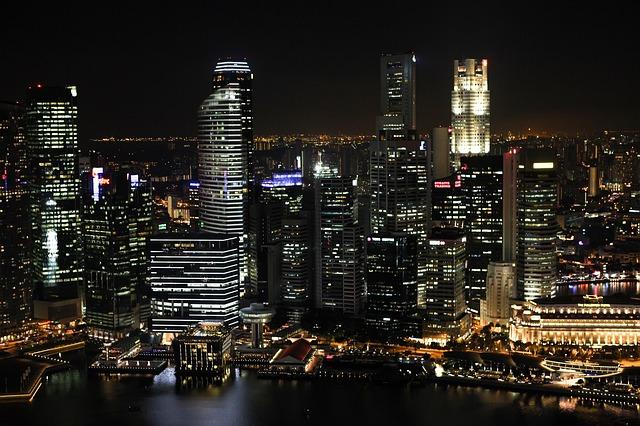 noční město, voda, mrakodrpy
