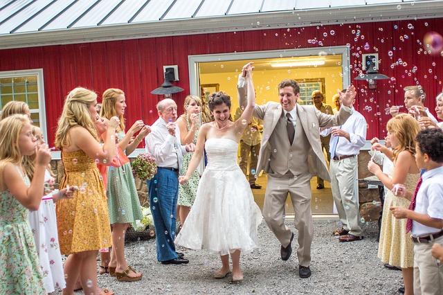 svatebčani a novomanželé