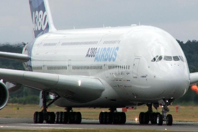 Airbus stojící na letišti.jpg