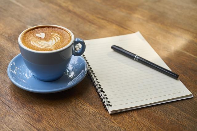káva, pero a zápisník