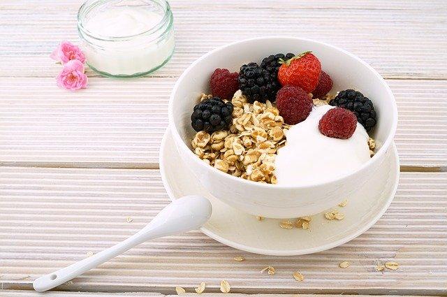 zdravá snídaně, vločky a ovoce