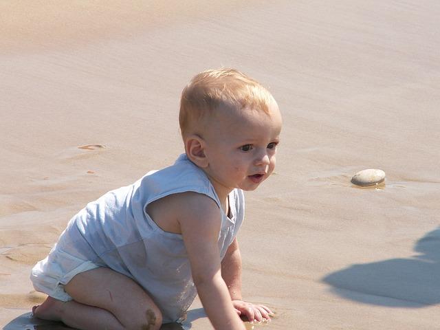 malé dítě na pláži